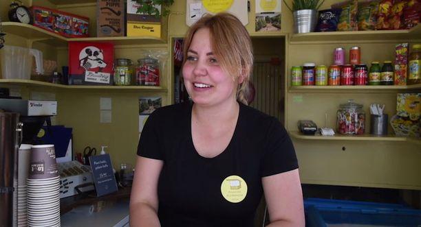 Petra Rauhala työskentelee lippakioskissa, joka on keskeisellä paikalla Pihlajakadun tapahtumissa.
