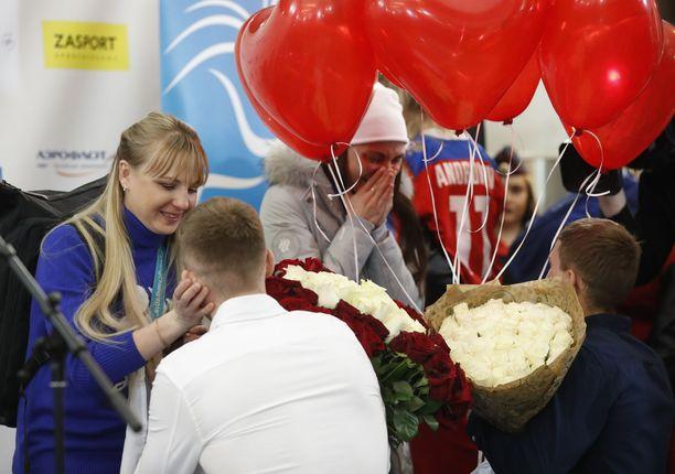 Anna Netshajevskajaa ja Anastasija Sedovaa kosittiin Moskovan lentokentällä, kun venäläisten OAR-joukkue palasi kotiin talviolympialaisista.