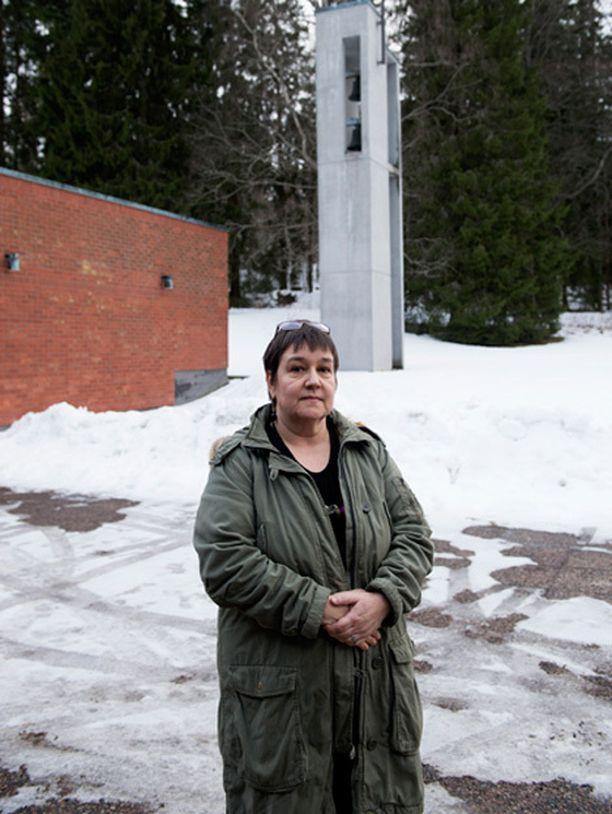 Henna Häkliä kosketti äitinä lapsen kuolema kotijoenrantaan koiranpentunsa kanssa.