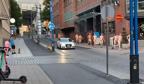 Joukko opiskelijoita viuhahti Tampereen illassa.
