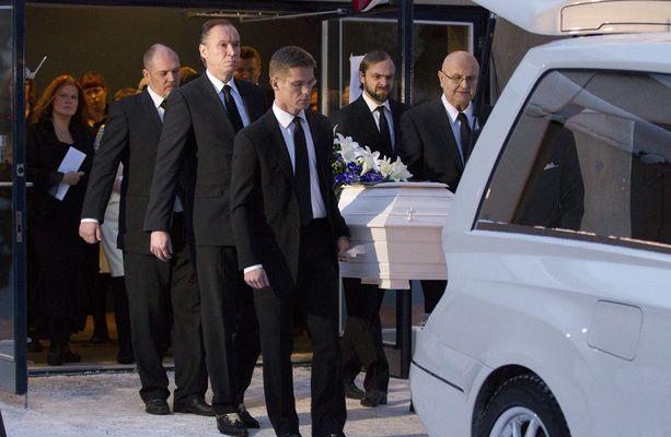 Kari Tapio siunattiin joulukuun 22. päivänä 2010. Hänet on haudattu Espoon Olarin uurnalehtoon.