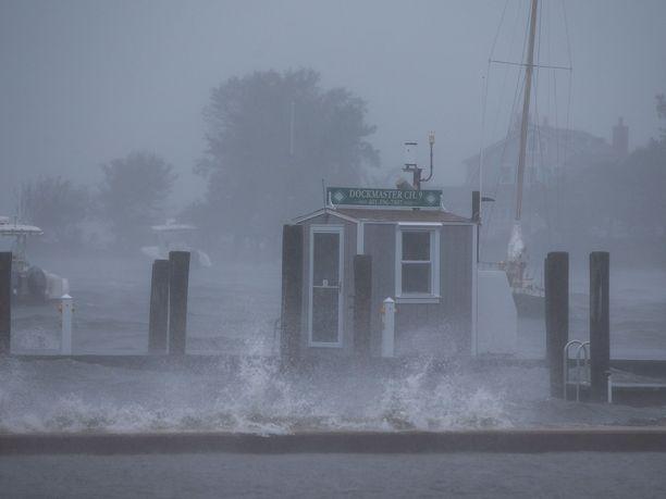 Trooppinen myrsky Henri iski pienelle Westerlyn paikkakunnalle Rhode Islandilla sunnuntaina.