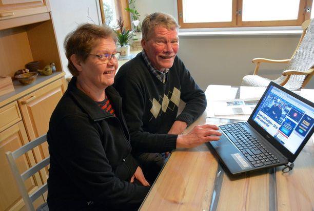Taina Lohioja-Raivo ja Juha Mantere tutkivat Expressenissä julkaistua juttua tietokoneelta.