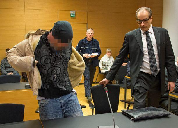 Tekoaikaan 29-vuotias mies vastasi tiistaina syytteisiin murhasta Helsingin käräjäoikeudessa.