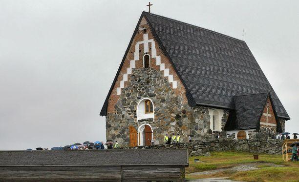 Tyrvään Pyhän Olavin kivikirkko poltettiin syksyllä 1997 ja rakennettiin uudelleen vuoteen 2003 mennessä.