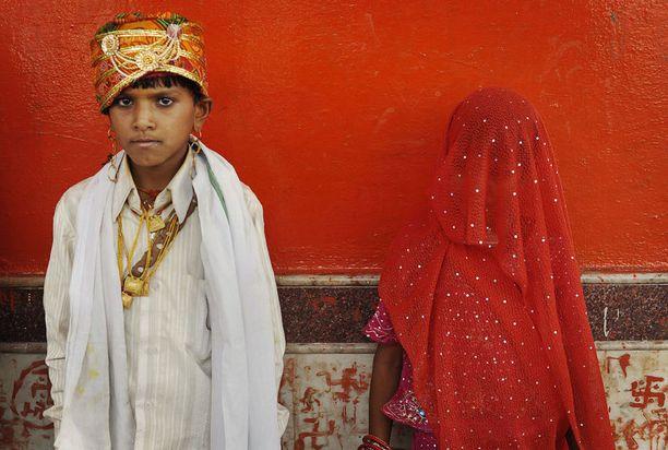 Lapsiavioliitot koskevat Intiassa sekä tyttöjä että poikia, mutta tyttöjen kohdalla ongelma on paljon laajempi ja vakavampi. Kuvassa Mamta, 7, aviomiehensä Santoshin, 11, kanssa Chachodan pikkukylässä vuonna 2010.