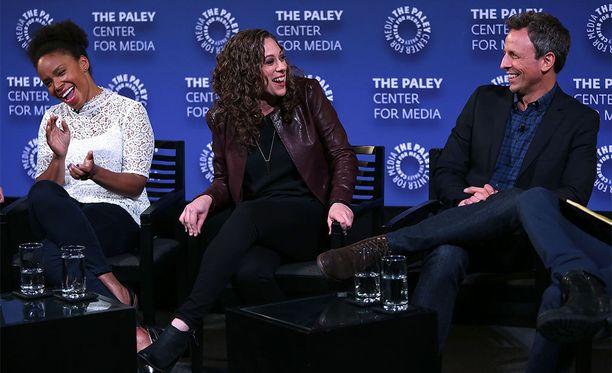 Amber Ruffin, Jenny Hagel ja Seth Meyers keskustelutilaisuudessa.