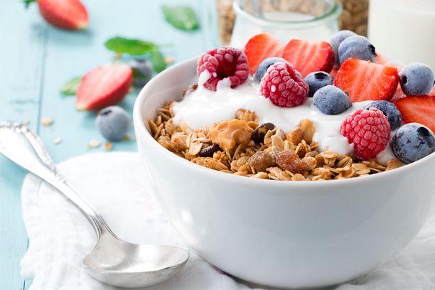 Tässä on mallia aamupalalle tai välipalalle, joka tekee sinut kylläiseksi pitkäksi ajaksi ja joka on terveellinen. Myslin tai granolan koostumukseen kannattaa kiinnittää huomiota. Niissä voi esimerkiksi olla runsaasti sokeria.