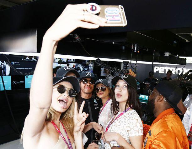 Lewis Hamilton ehti formulakiireidensä välissä poseerata tyttöjen kanssa selfiessä.