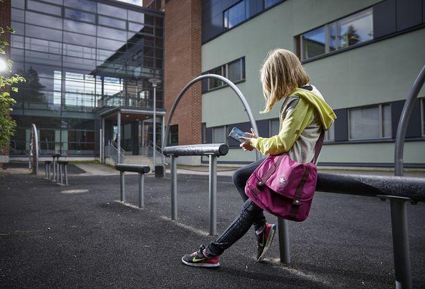 Moni lapsi ja nuori viettää päivittäin huomattavan paljon aikaa älypuhelinta tuijotellen - ilman mitään valvontaa tai rajoja.