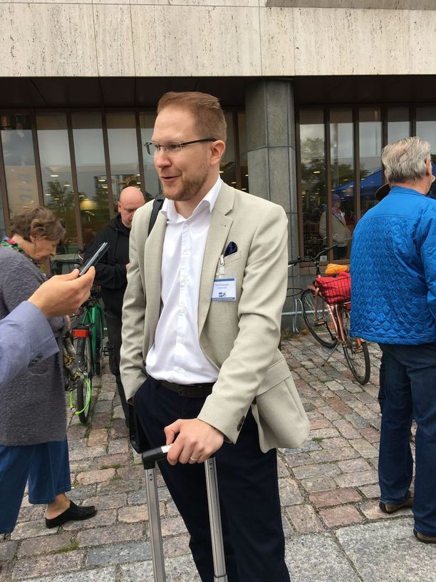"""Perussuomalaisten eduskuntaryhmän puheenjohtajan Leena Meren mukaan """"harjaamisen aika on ohi"""". Määräajaksi ryhmästä kohukirjoituksensa vuoksi eronnut Olli Immonen sanoo, että puolueen johdon pitää tukea omiaan."""