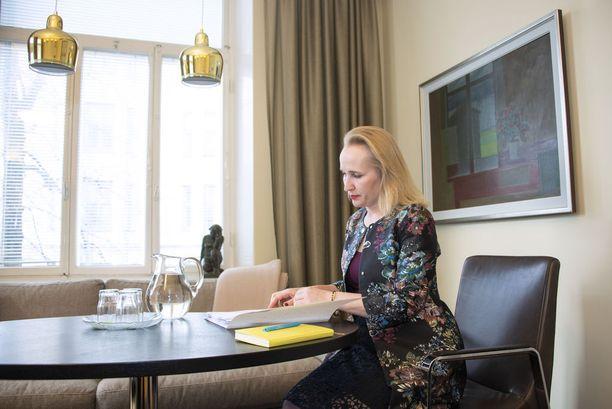 Minna Helle aloitti ensimmäisenä naisena valtakunnansovittelijana vuoden 2015 alussa. Hän jättää nelivuotiskautensa kesken siirtyessään kesäkuun alussa työmarkkinajohtajaksi Teknologiateollisuuteen.
