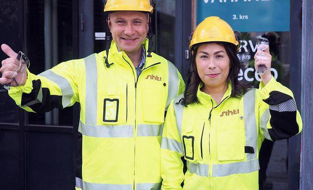Tiina Palmunen piti kesätyöpestistään. Häntä opasti toimitusjohtaja Jukka-Pekka Annala.