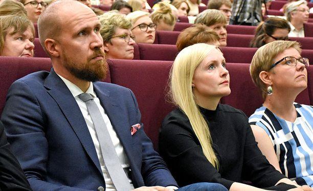 Maria Ohisaloa (keskellä) pidetään todennäköisimpänä Touko Aallon sijaisena. Kuvassa Touko Aalto, Maria Ohisalo ja Krista Mikkonen jännittivät kesäkuussa 2017 vihreiden puoluekokouksessa Tampereella, kenestä tulee puolueen uusi puheenjohtaja.