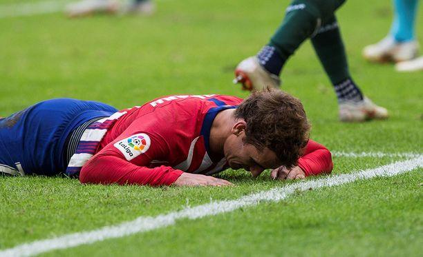 Antoine Griezmann manasi hukattuja maalipaikkojaan kentän pinnassa.