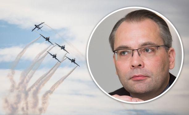 Puolustusministeri Jussi Niinistö haluaa Puolustusvoimilta selvityksen ilmavoimien sotkusta.