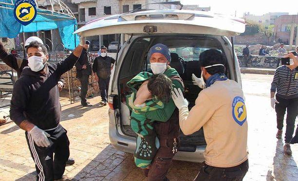 Vapaaehtoiset auttoivat epäillyssä kaasuiskussa loukkaantunutta lasta tiistaina.