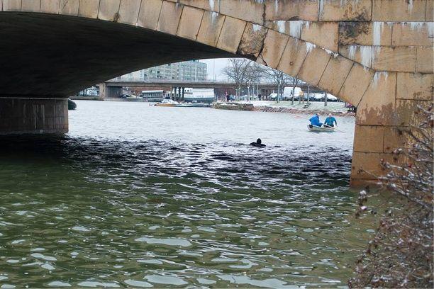 Mies vajosi veden alle tänään Helsingin Pitkäsillan luona.