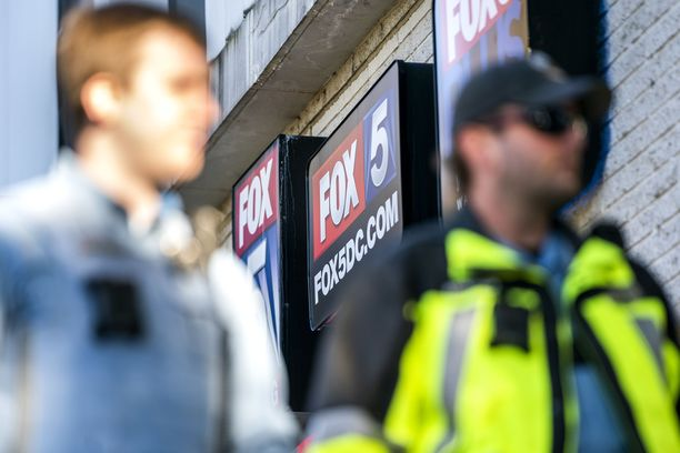 Poliisi vartioi Fox 5 -televisioaseman ulkopuolella.