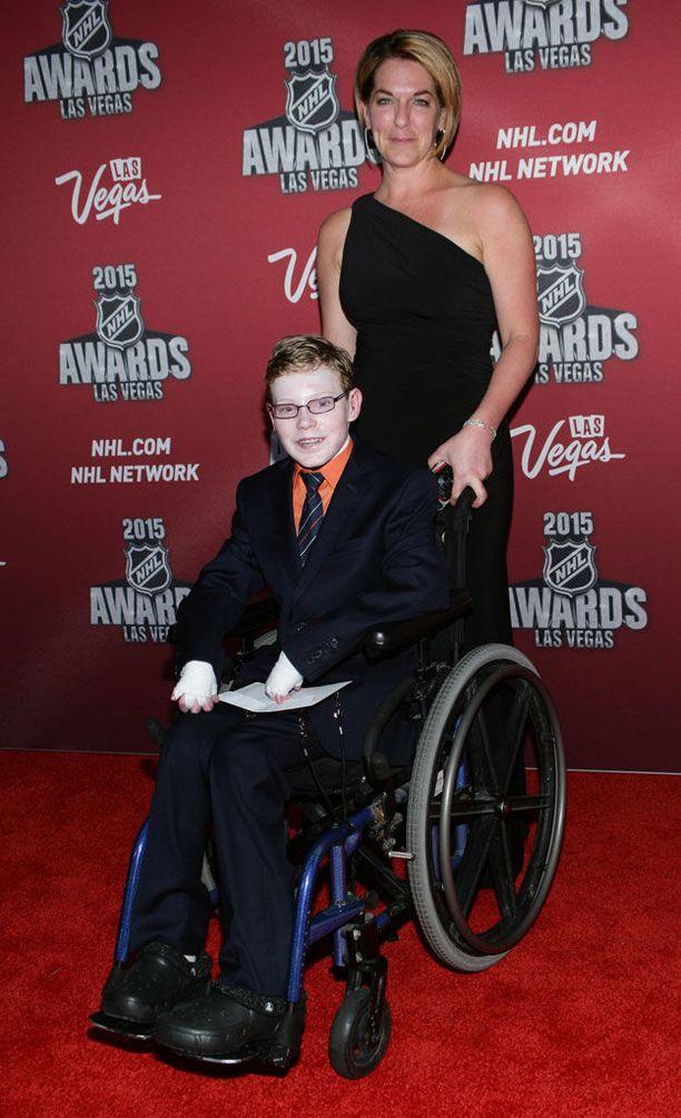 Jonathan Pitre vieraili äitinsä Tina Boileaun kanssa NHL:n palkintojenjakotilaisuudessa vuonna 2015.