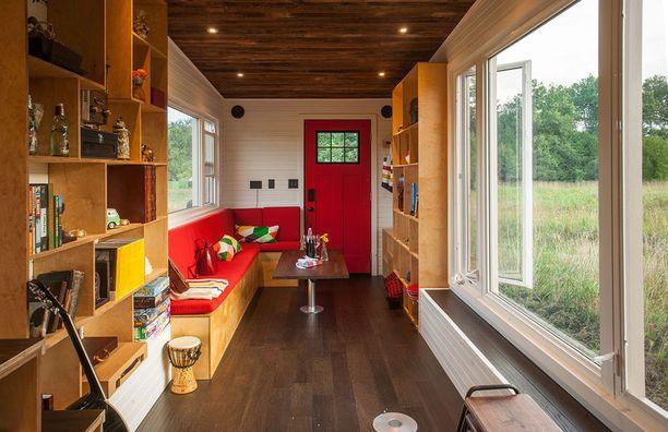 Ainakaan tämän kuvan perusteella ei voi väittää, etteikö kodissa olisi säilytystilaa. Rakennusmateriaaleina on käytetty muun muassa lautoja puretusta talosta.