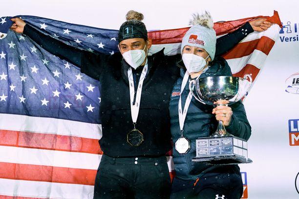 Lolo Jones (vas.) ja Kaillie Humphries juhlivat kelkkailun maailmanmestaruutta.