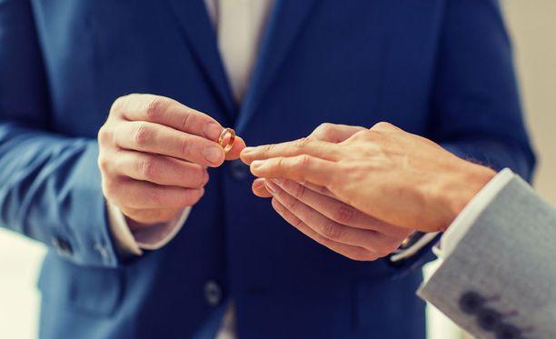 Samaa sukupuolta olevat parit voivat mennä naimisiin keskiviikosta alkaen.