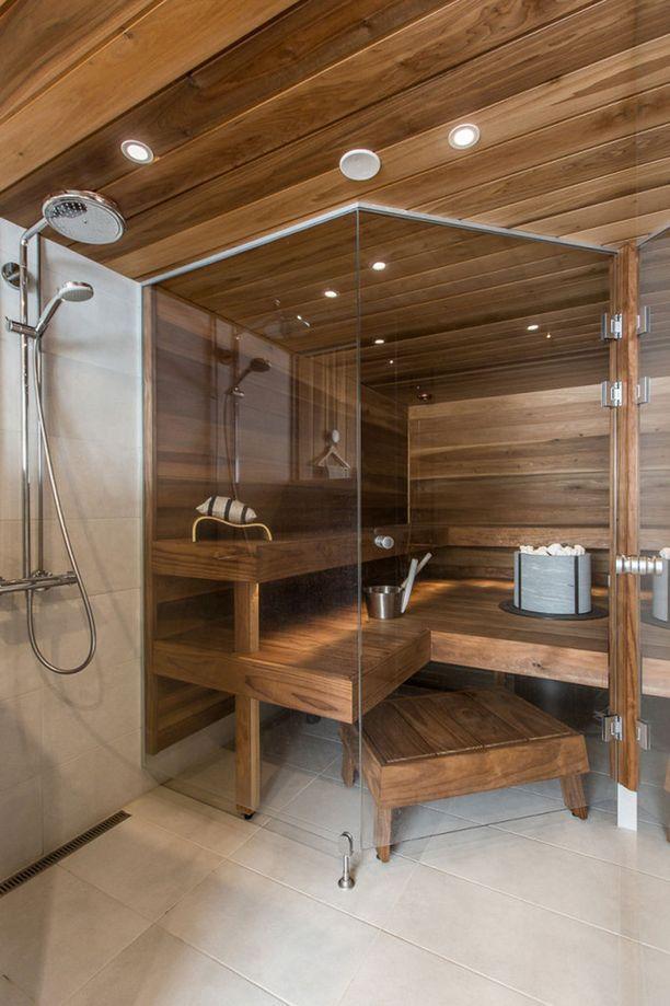 JÄLKEEN Saunaan saatiin lisää paikkoja laajentamalla saunahuonetta kylpyhuoneen puolelle.