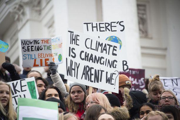 Maaliskuussa 2019 lapsia ja nuoria marssi Helsingissä ilmastotoimien puolesta. Marssiin osallistui arviolta yli 8 000 ihmistä, ympäri maailmaa jopa 1,3 miljoonaa.