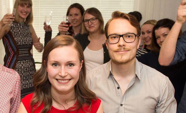 Sanna Marin (sd) ja avopuoliso Markus Räikkönen juhlivat Pirkanmaan äänikuningatarta.