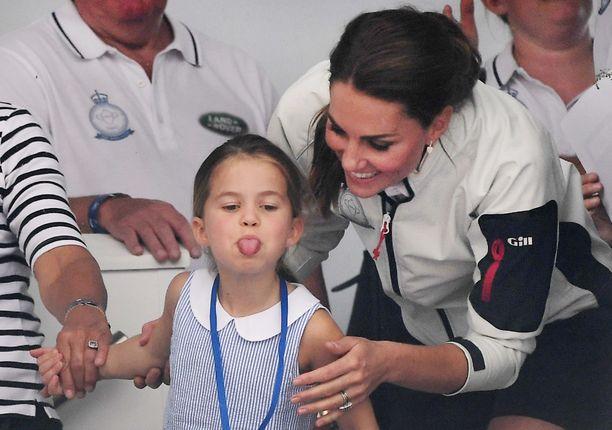 Prinsessa Charlotte pääsi torstaina vanhempiensa mukaan King's Cupin purjehdusregattaan Isle of Whiteen. Pikkuneiti nähtiin myös näyttämässä kieltään.