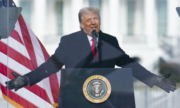 Donald Trump julisti luodinkestävän lasin takaa, että vaalivoitto vietiin häneltä kaikkien aikojen suurimmalla vaalihuijauksella.