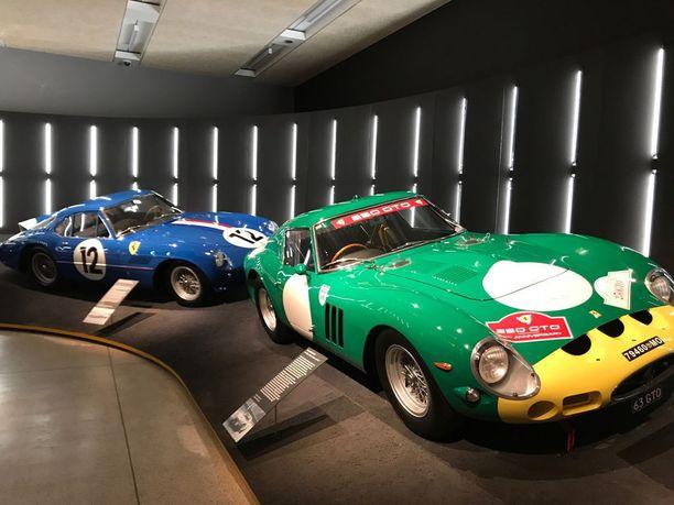 Takana oleva sininen, vuosimallin 1961 250 GT Berlinetta toimi Striling Mossin autona Le Mansissa vuosina 1961 ja 1962. Daytonassa auto oli voittoisa. Etualan Ferrari 250 GTO -mallia pidetään yhtenä Ferrarin kaikkien aikojen merkittävimmistä ja ikonisimmista malleista.