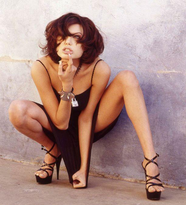 Parikymmentä vuotta sitten Angelinan käsissä ei näkynyt tatuointeja.