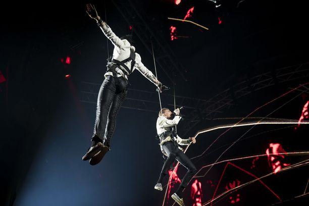 Konsertti sai vauhdikkaan alun, kun Vain elämää -ohjelmasta tutun yhtyeen esittelyn jälkeen lavalle laskeutuivat Lauri Tähkä ja Mikael Gabriel.