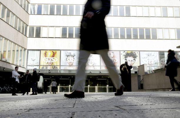 Helsingin yliopiston ylioppilaskunnan talousjohtokunta päätti poistaa MIKS-yhdistyksen HYYn piiristä. Talousjohtokunnan puheenjohtajan laatiman muistion liitteenä oli 27 kuvakaappausta, joissa oli viittauksia mm. alastomuuteen ja alkoholiin. Kuvassa Helsingin yliopiston kampusalueeseen kuuluva Porthania-rakennus.
