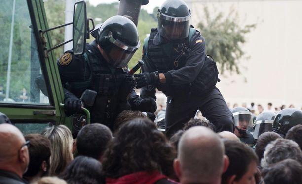 Espanjan poliisi ja kansalliskaarti yrittivät estää sunnuntaina kansalaisia saapumasta äänestyspisteille. Espanjan varapääministeri on kehunut poliisin toimintaa ammattimaiseksi.