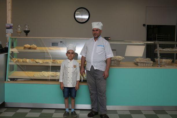 Salih Mohammadi siirsi leipomonsa suurempiin tiloihin Varissuon liikekeskukseen. Vierellä poika Mohammad.
