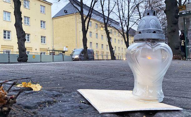Turmapaikalle oli seuraavana aamuna tuotu kynttilä ja kortti, jossa muistettiin menehtynyttä poikaa..