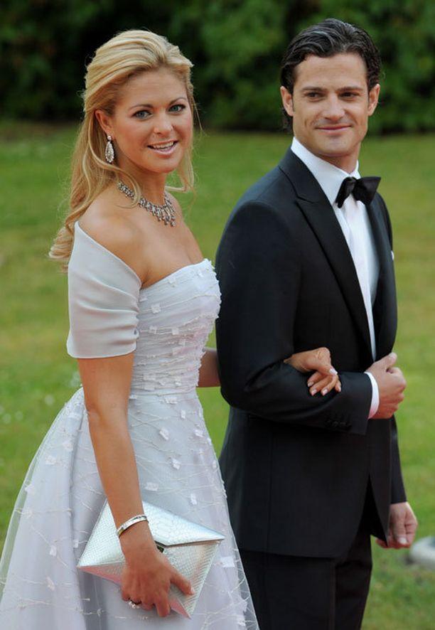 Näin salskealta prinssi näytti isosiskonsa häissä vuonna 2010. Avecina toimi pikkusisko, prinsessa Madeleine.