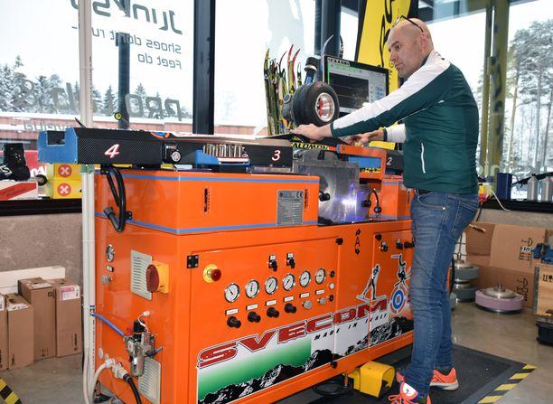 Tamperelaisen Kimmo Vilenin suksihiomakone maksaa noin 150 000 euroa. Laite painaa noin 700 kiloa.