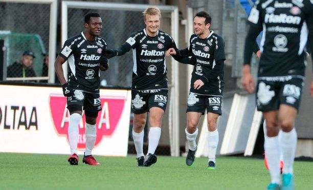 FC Lahden Mikko Kuningas (keskellä) juhlii voittomaaliaan.