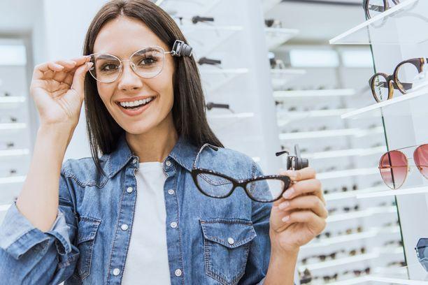 Likinäköisyyttä hoidetaan tyypillisesti silmälaseilla tai piilolinsseillä.