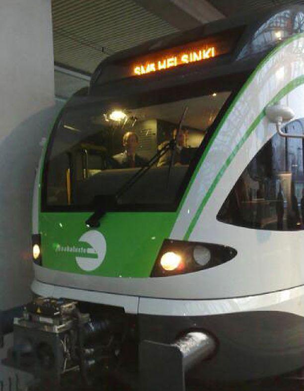 Uudessa Sm5-junassa on videovalvonta ja informaatiojärjestelmä matkustajille.