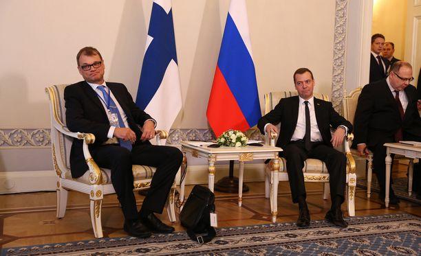 Pääministeri Juha Sipilä aloitti hetki sitten tapaamisen Venäjän pääministerin Dmitri Medvedevin kanssa.