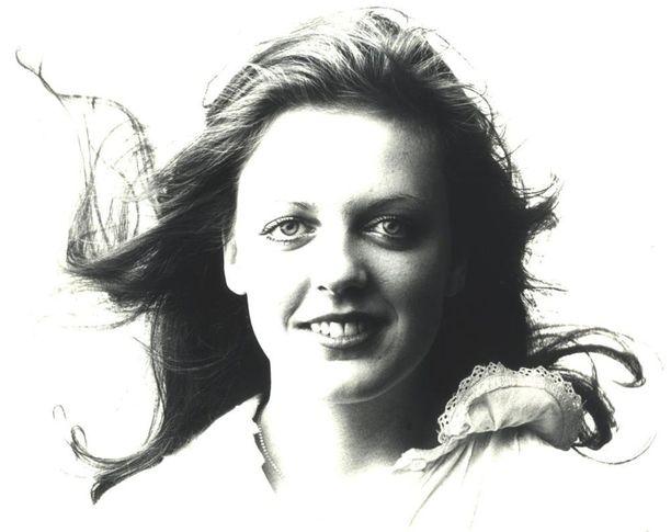 Einin veli kuuli Ruotsissa töissä ollessaan discossa Baccaran Yes Sir, I Can Boogie -biisin. Hän hankki sinkun ja postitti sen Einille. Einiin discokappale upposi heti. Hän kiiruhti sen kanssa Toivo Kärjen luo toiveenaan, että pääsisi levyttämään kappaleen suomeksi.Lapin tyttö ei tämmöistä läähätystä laula, Kärki ilmoitti kuunneltuaan kappaletta noin puoliväliin.Kappaleesta tuli kuitenkin hitti Suomessakin ja ajan tavan mukaan hitistä tehtiin suomenkielinen käännös Yes Sir, alkaa polttaa. Ensimmäisen kerran kuulin sen radiosta ollessani hammashoitajan työssäni. Pidin imuputkea käsi täristen potilaan suussa ja punastuin kokonaan. Hammaslääkäri kertoi potilaalle, että hänen hammashoitajansa laulaa radiossa.