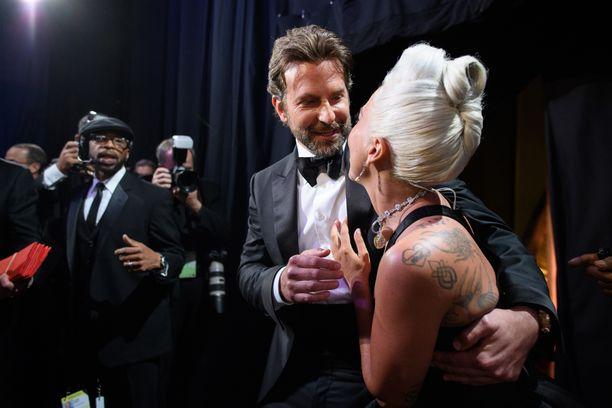 Bradley Cooper ja Lady Gaga esiintyivät yhdessä Oscar-gaalassa.