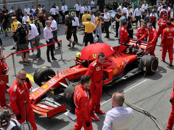 Ferrarin auto on päätynyt - jälleen kerran - muiden tallien silmätikuksi.