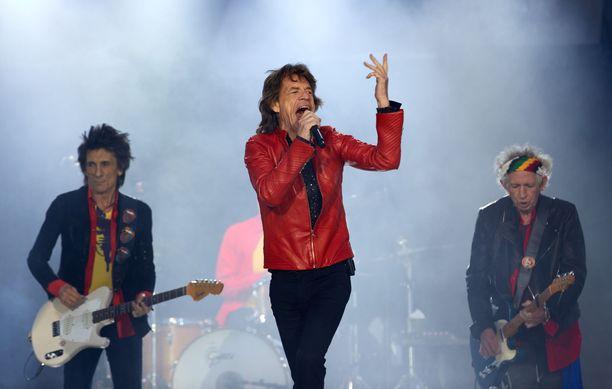 Mick Jagger (kuvassa keskellä) ja Keith Richards (kuvassa oikealla) ovat luopuneet hittibiisin tekijänoikeuksista.