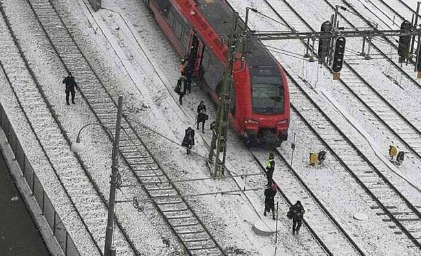 Juna jäi Göteborgin keskusaseman ulkopuolelle ja ihmiset poistuivat kiskoja pitkin.